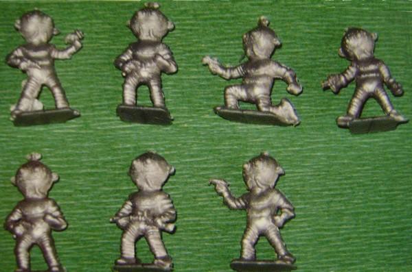 Les figurines anciennes, leurs accessoires et leurs décors. - Page 4 Dsc02317