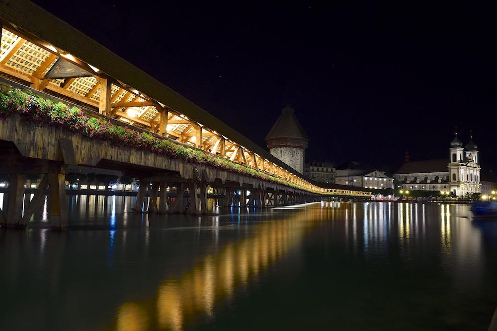 Pont en bois, traversant le lac des 4 cantons, à Lucerne, en Suisse : _dsc8210