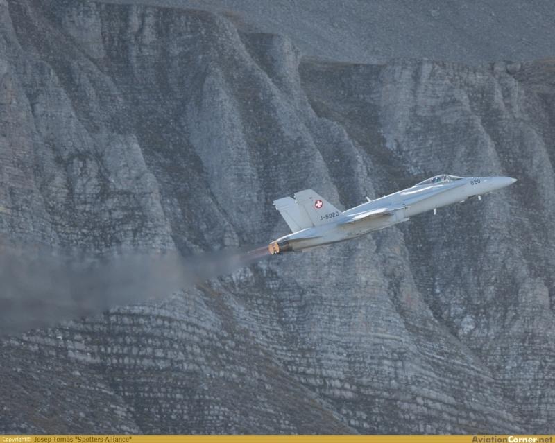 Armée Suisse - Page 2 F-18a_10
