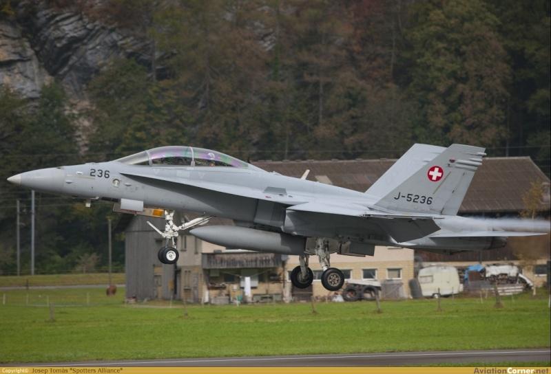 Armée Suisse - Page 2 F-18a_11