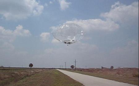 Encore une de ces fameuses sphères métalliques, surveillée par un hélico - Page 2 Dn119110