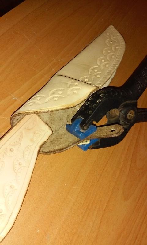 Fabrication d'un étui en cuir pour couteau, premier essai. 20170921