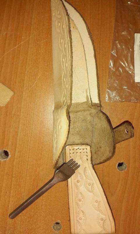 Fabrication d'un étui en cuir pour couteau, premier essai. 20170929