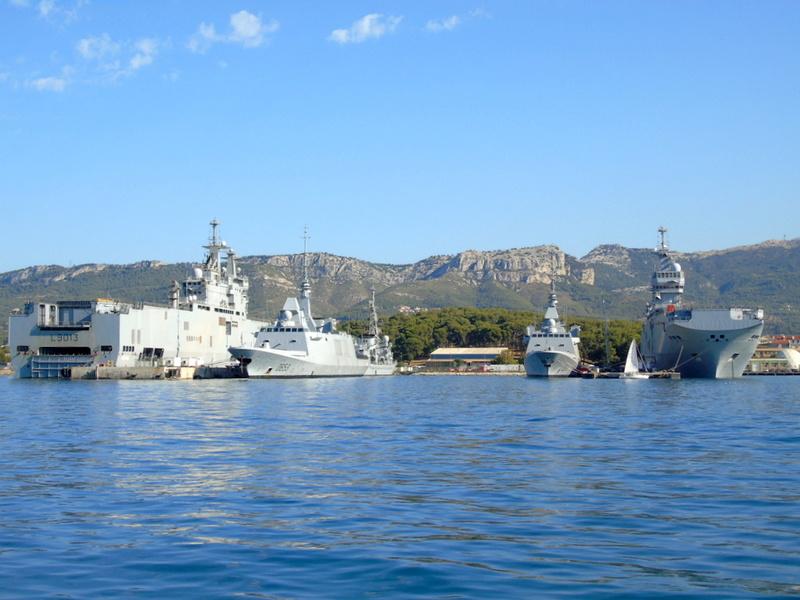 [LES PORTS MILITAIRES DE MÉTROPOLE] Mouvements de Bâtiments dans la rade de Toulon - Page 13 Dsc00410