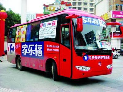 Le voyageur prend le bus avec les bras de son frère dans sa valise 00219b10