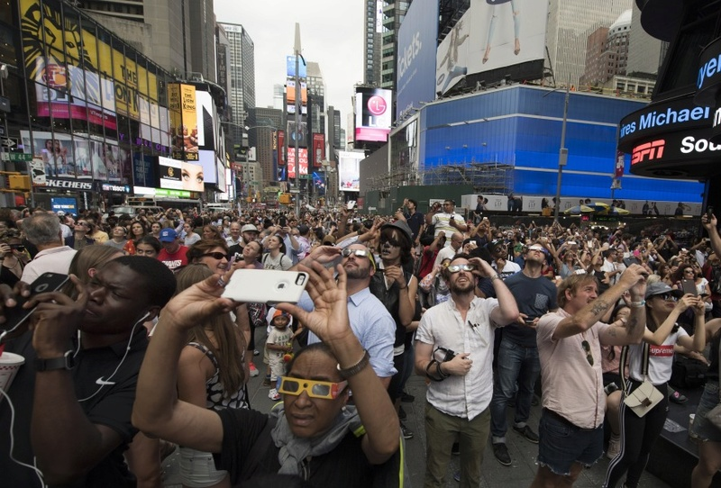 Des Américains se sont mis de la crème solaire dans les yeux pour regarder l'éclipse  Aed10210