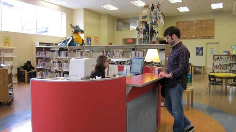 un homme pose son sexe sur le comptoir de la bibliothèque Rc3a9f10