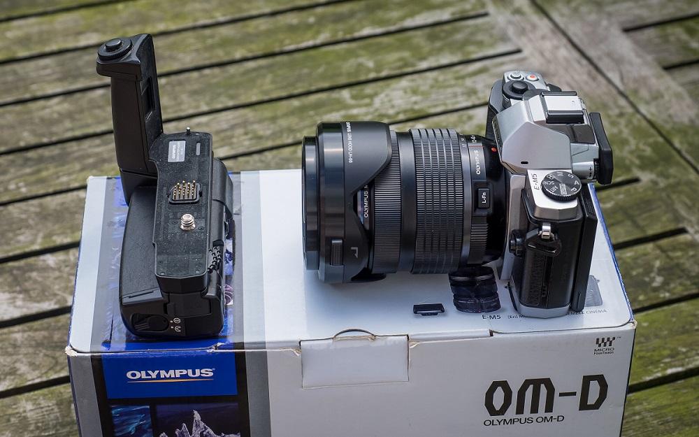 VDS__Olympus EM5 argent + double grip + Oly 17 mm ou 14-42 R II P1010010