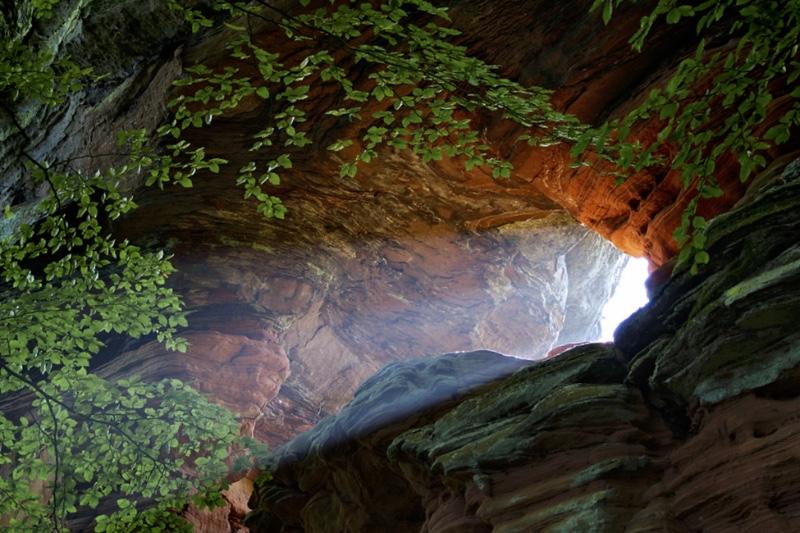 La falaise rougeoie dans la lumière soudaine du matin 46752110