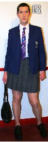 Une école catholique avec jupe et tablier comme uniforme pour les garçons ! Captur31