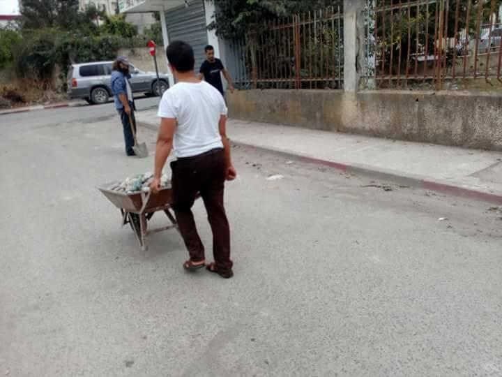 Volontariat pour nettoyer les restes des émeutes qui ont opposé les amoureux de la culture aux forces de l'ordre le samedi 22 juillet 2017 1222