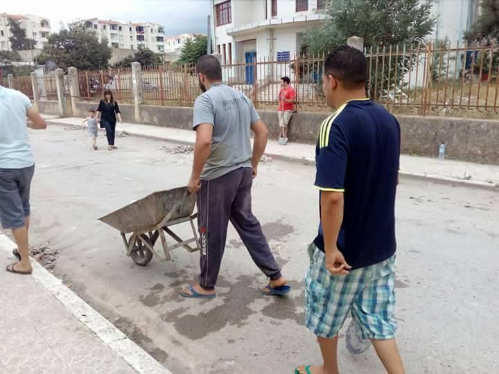 Volontariat pour nettoyer les restes des émeutes qui ont opposé les amoureux de la culture aux forces de l'ordre le samedi 22 juillet 2017 1223