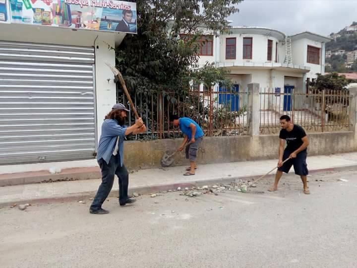 Volontariat pour nettoyer les restes des émeutes qui ont opposé les amoureux de la culture aux forces de l'ordre le samedi 22 juillet 2017 1225