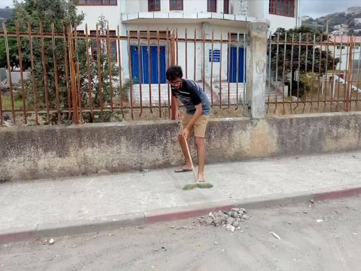 Volontariat pour nettoyer les restes des émeutes qui ont opposé les amoureux de la culture aux forces de l'ordre le samedi 22 juillet 2017 1226
