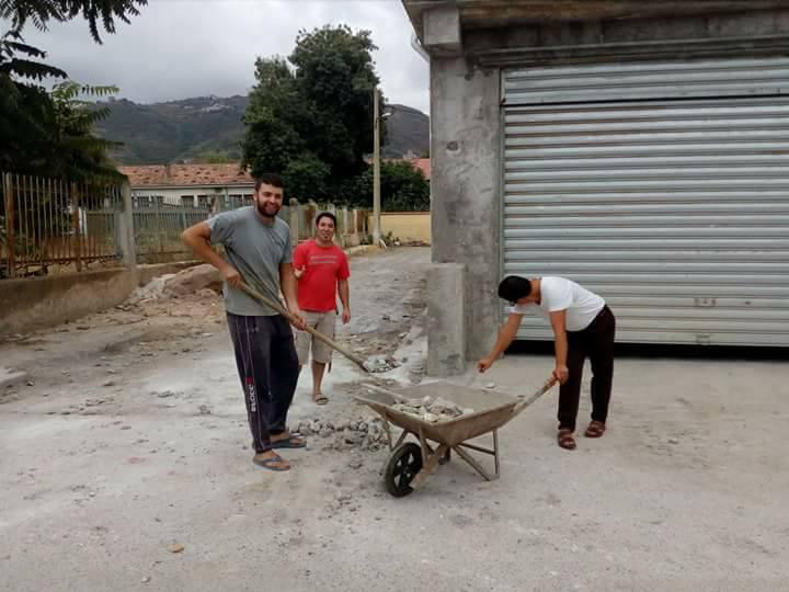 Volontariat pour nettoyer les restes des émeutes qui ont opposé les amoureux de la culture aux forces de l'ordre le samedi 22 juillet 2017 1227