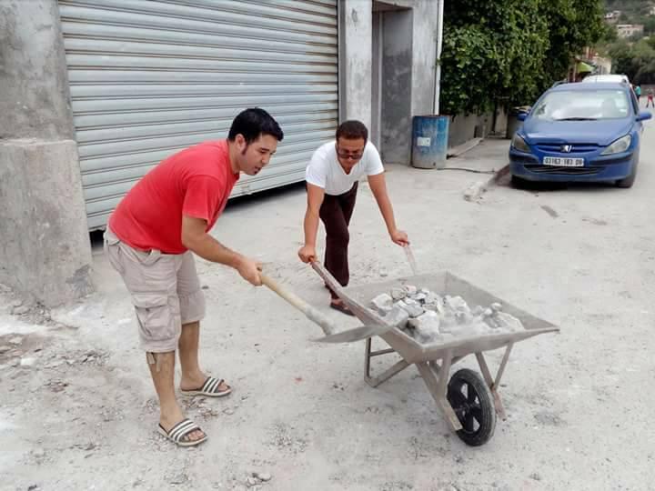 Volontariat pour nettoyer les restes des émeutes qui ont opposé les amoureux de la culture aux forces de l'ordre le samedi 22 juillet 2017 1228