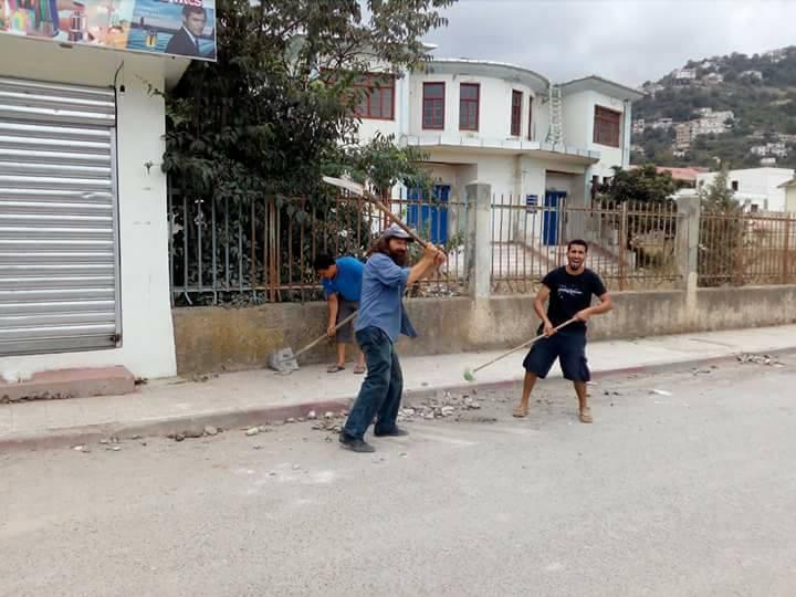Volontariat pour nettoyer les restes des émeutes qui ont opposé les amoureux de la culture aux forces de l'ordre le samedi 22 juillet 2017 1229