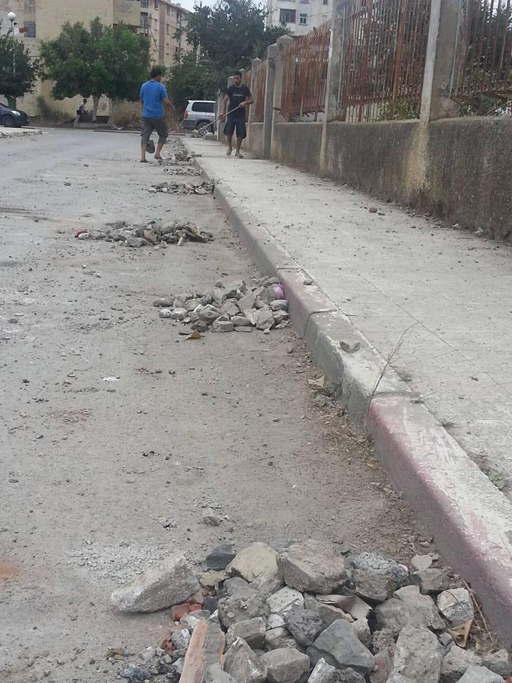 Volontariat pour nettoyer les restes des émeutes qui ont opposé les amoureux de la culture aux forces de l'ordre le samedi 22 juillet 2017 1233