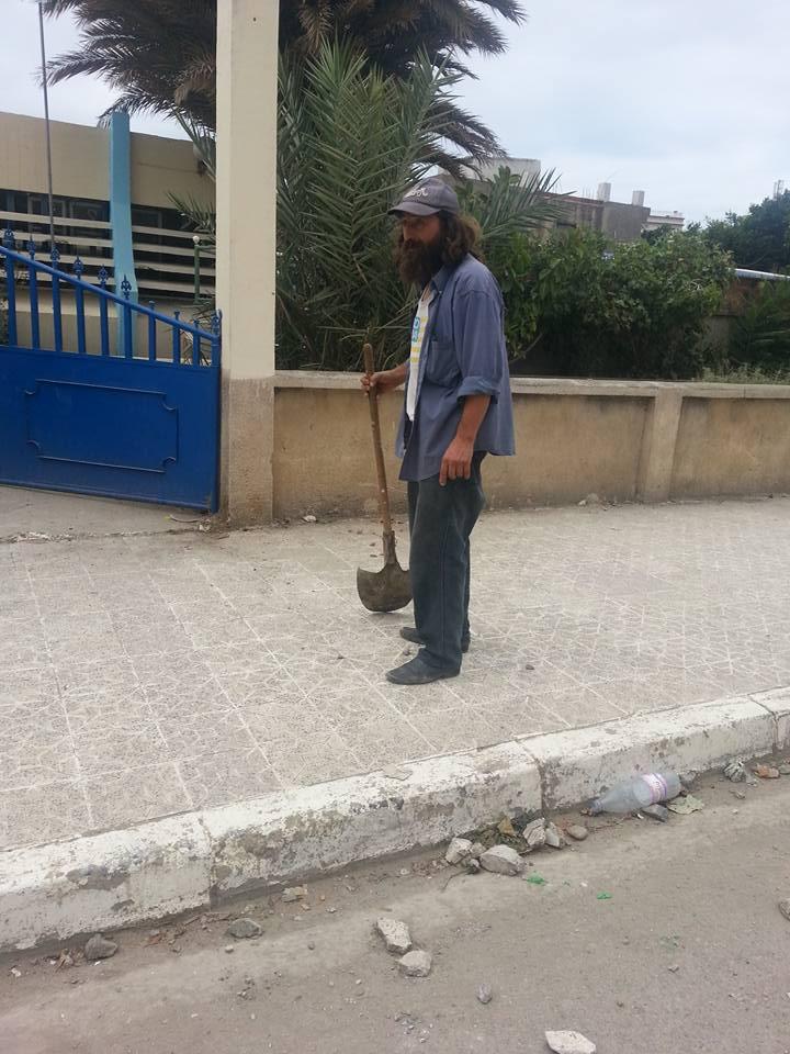 Volontariat pour nettoyer les restes des émeutes qui ont opposé les amoureux de la culture aux forces de l'ordre le samedi 22 juillet 2017 1237
