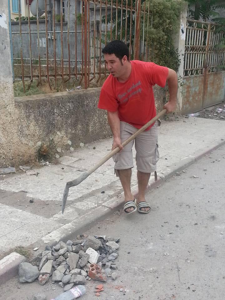 Volontariat pour nettoyer les restes des émeutes qui ont opposé les amoureux de la culture aux forces de l'ordre le samedi 22 juillet 2017 1238