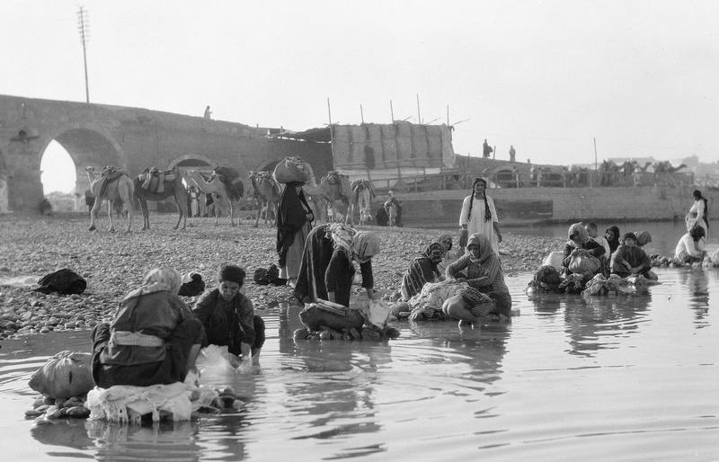 يغسلون الصوف في النهر لبيعه Aouo_o10