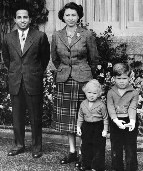 صورة نادرة للملكة اليزابيث ملكة بريطانيا ...مع جلالة الملك الراحل فيصل الثاني ملك العراق ا Eu_o_o10