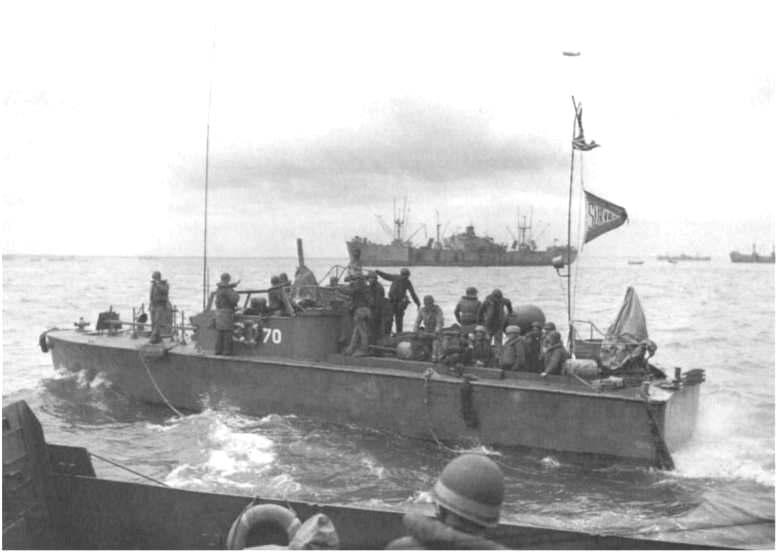 8 - Le mouillage des transports d'assaut et l'approche de la plage Ld102_10