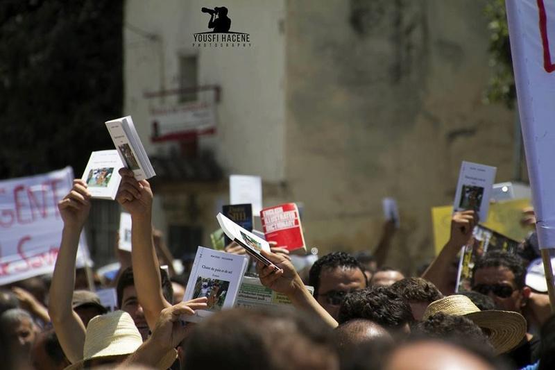 Ces algériens civilisés: un livre à la main, main dans la main! AOKAS 29 JUILLET 2017 1105