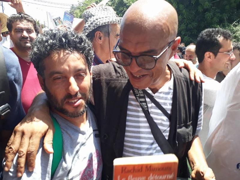 Ces algériens civilisés: un livre à la main, main dans la main! AOKAS 29 JUILLET 2017 1106