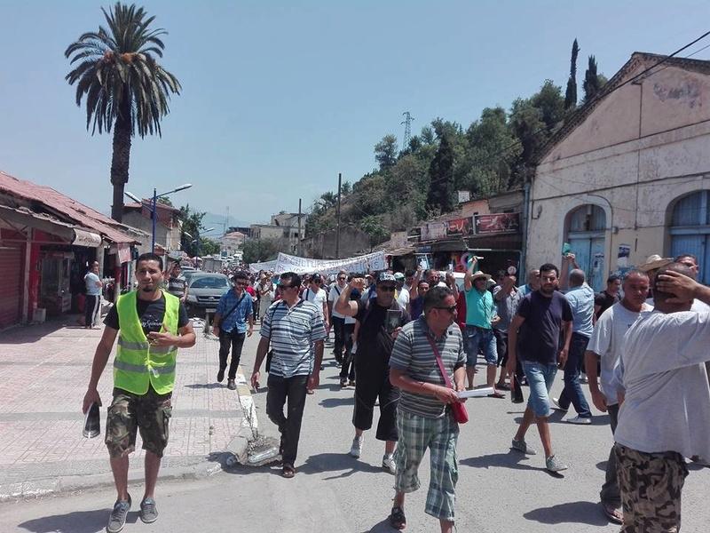 Ces algériens civilisés: un livre à la main, main dans la main! AOKAS 29 JUILLET 2017 - Page 2 1125