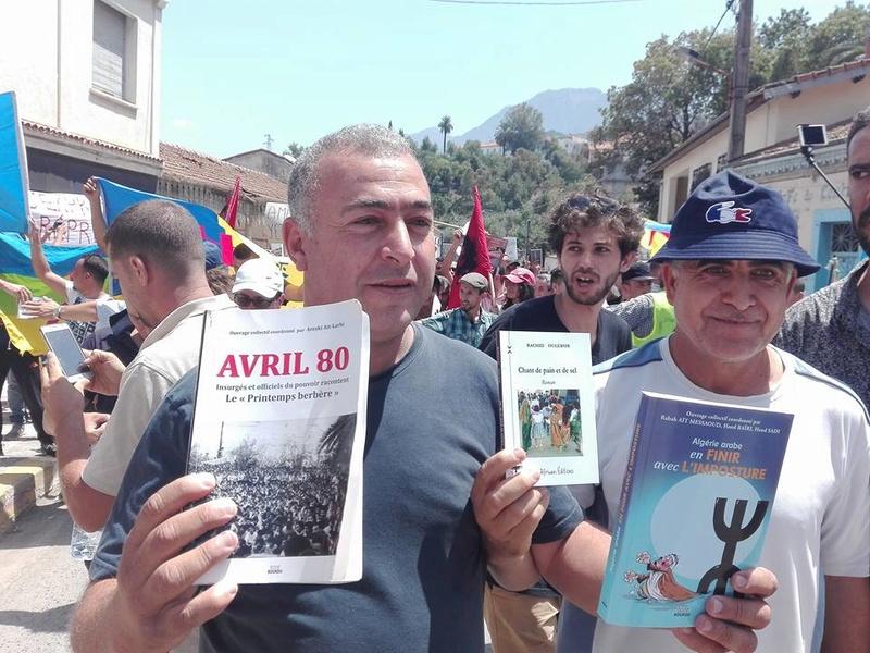 Ces algériens civilisés: un livre à la main, main dans la main! AOKAS 29 JUILLET 2017 - Page 2 1130