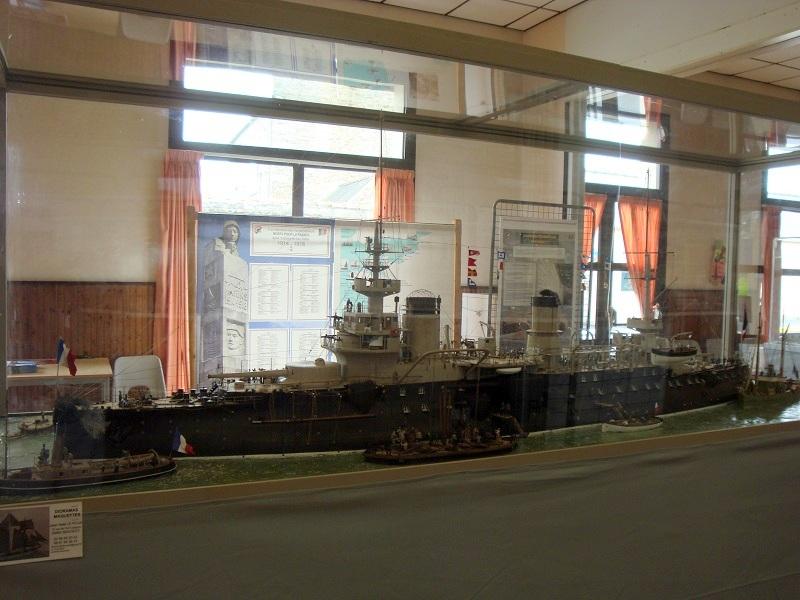 diorama: le cuirassé BOUVET au mouillage en rade de Lorient - Page 2 Dsc05912