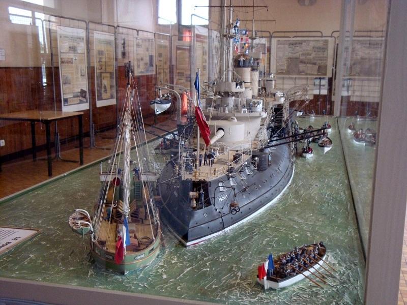 diorama: le cuirassé BOUVET au mouillage en rade de Lorient - Page 2 Dsc05913