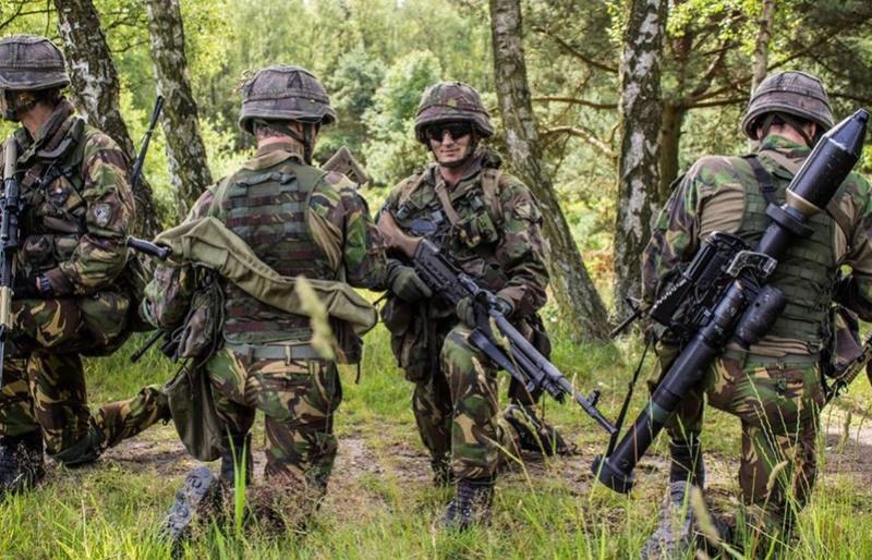 Armée Hollandaise/Armed forces of the Netherlands/Nederlandse krijgsmacht - Page 20 99h42