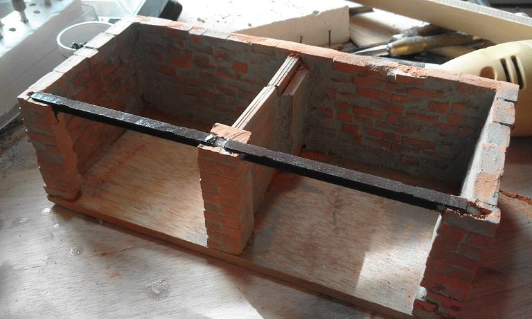 Construcció d'una carbonera d'inspiració lliure. A_1015