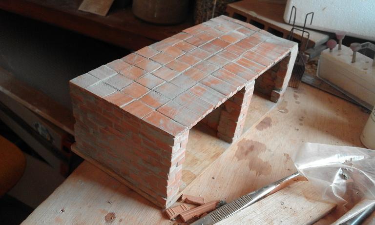 Construcció d'una carbonera d'inspiració lliure. A_1314