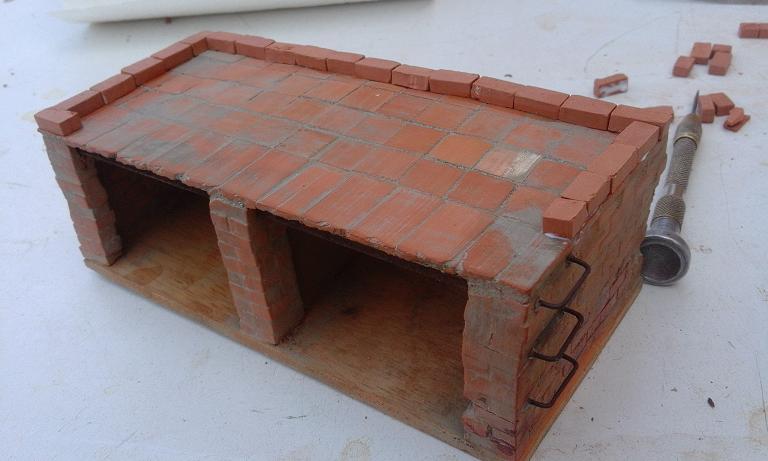 Construcció d'una carbonera d'inspiració lliure. A_1714