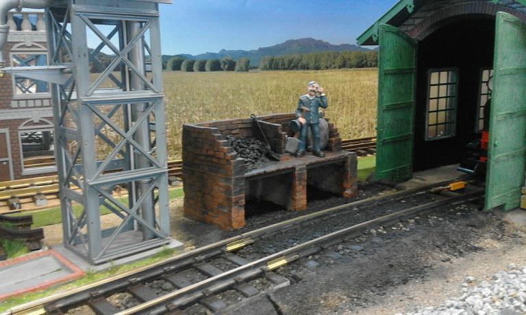 Construcció d'una carbonera d'inspiració lliure. A_2813
