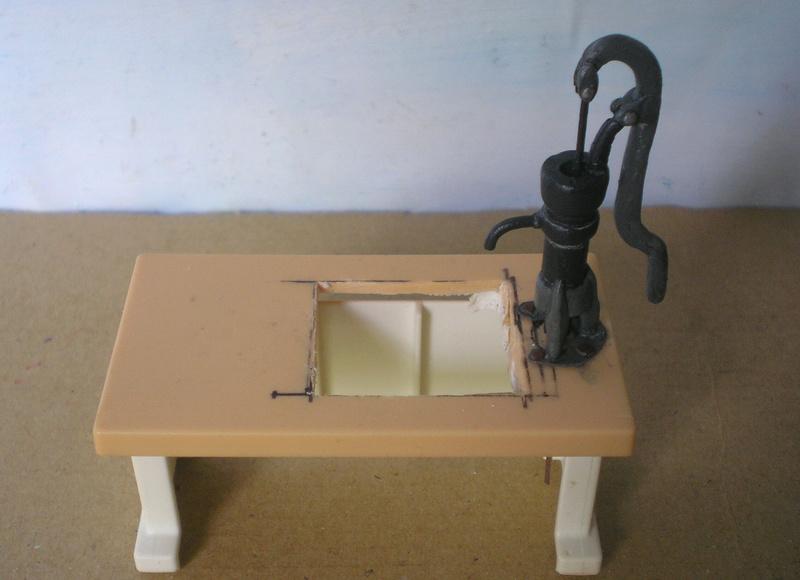 Ranch Ponderosa mit Plastik-Möbeln in der Figurengröße 9 cm 024e1_10