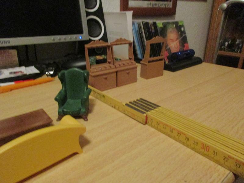 Ranch Ponderosa mit Plastik-Möbeln in der Figurengröße 9 cm 03b_my11