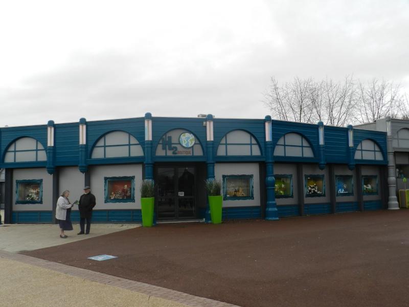 Boutiques de l'entrée principale : Comptoir de la Vienne, Spatium Bazaar, H2O, Boutique Futuroscope Dscn3515