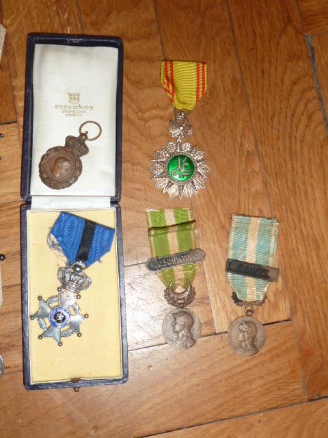 Ordres, médailles, insignes, Ritterkreuzträger, Naginatas, 17ème Hussard de Braunschweig, Mein Kampf, Fahrtenmesser HJ, croix de fer, insignes régimentaires...... P1530304