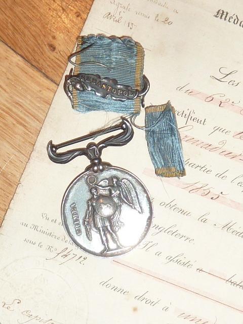 Ordres, médailles, insignes, Ritterkreuzträger, Naginatas, 17ème Hussard de Braunschweig, Mein Kampf, Fahrtenmesser HJ, croix de fer, insignes régimentaires...... P1530327