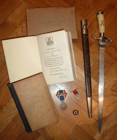 """De nouveaux objets pour le prochain update: des """"Mein Kampf"""", une dague de l'association de tireurs allemands..... P1530516"""