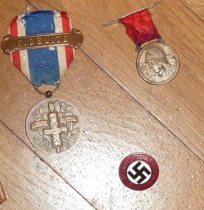 """De nouveaux objets pour le prochain update: des """"Mein Kampf"""", une dague de l'association de tireurs allemands..... P1530518"""