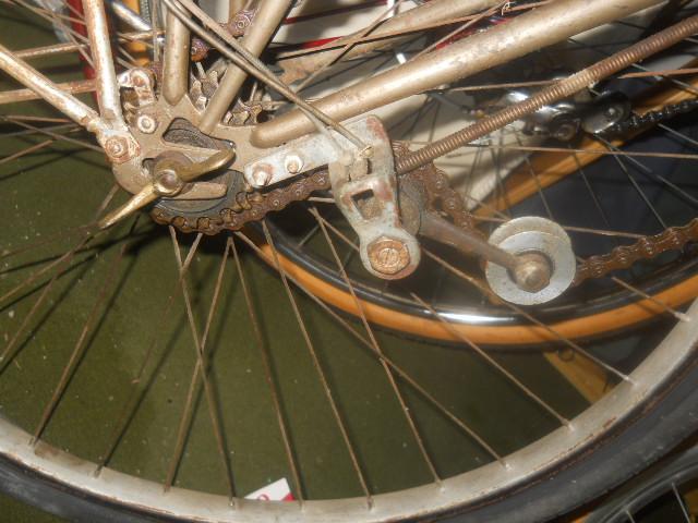 vélo femme pendant la 2eme GM  , inconnu ! 2012-015
