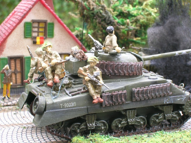 """""""Libération"""" - Belgique 1944 --- Sherman Firefly (Armourfast 1/72) + Sd.Kfz 251 (Revell 1/72) - Page 2 Dio_fi21"""