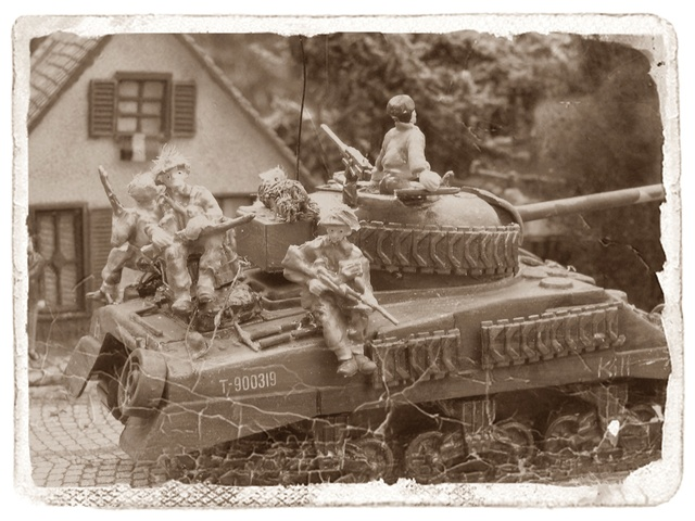 """""""Libération"""" - Belgique 1944 --- Sherman Firefly (Armourfast 1/72) + Sd.Kfz 251 (Revell 1/72) - Page 2 Libyra13"""