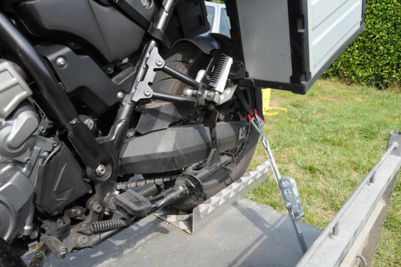comment arrimez vous la moto sur une remorque?? - Page 3 Dsc_8613