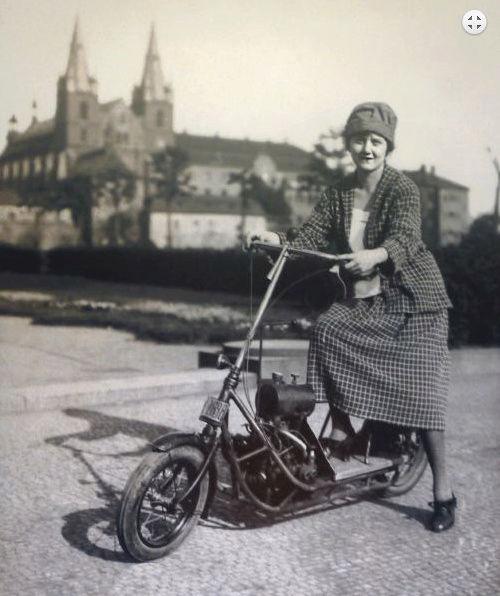 Čas: Le premier flat twin à transmission par arbre fut un scooter ! Snip_213